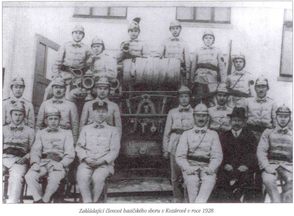 Zakládající členové hasičeského sboru v Kozárově v roce 1928.